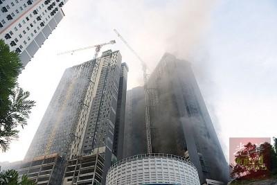 白云山一座兴建中公寓在傍晚发生火患,滚滚浓烟不断升起。