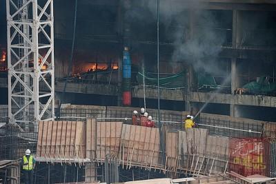 消拯员努力在现场控制火势蔓延。
