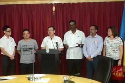 周锦炎(左2)举报污蔑希联短片,交托张君仪(右1)报警,末了却被警方追捕。