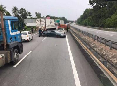学院生所驾驶的车被撞至路中。