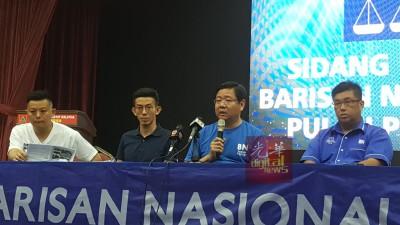 邓章耀(右2)在(左起)卢界燊、黄志毅、以及陈嘉亮的陪同下召开记者。