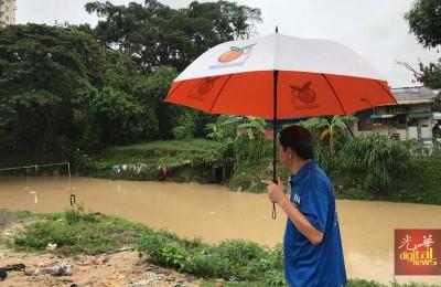 雨下不停,李文典担心发生水患,因此早上先到槟榔河关注河水暴涨问题。