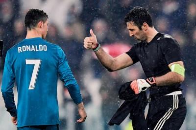 门将布丰(右)向C罗祝贺并赞扬他的出色表现。