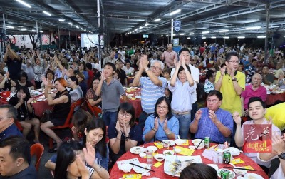 希联领袖台上致辞,台下民众热烈拍掌和欢呼。
