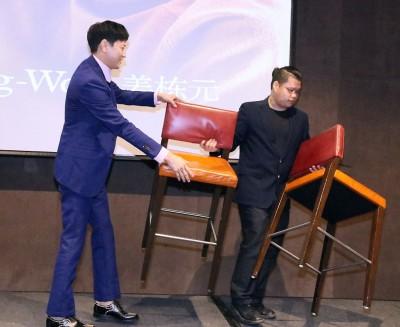 """韩国""""神秘男神""""姜栋元出道15年首度来马,有别一般韩星来马限制多多,他对媒体的提问都有问必答,态度亲切,甚至还帮忙搬椅子,超亲民。"""