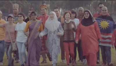 旺姐在MV中亮相,率领各族人士迈向希望。