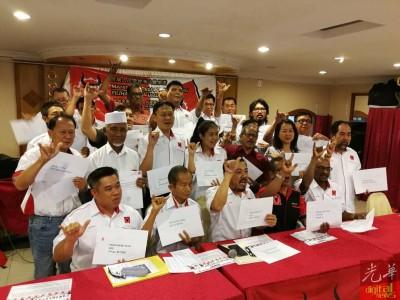 无数候选人在会上展开造势,高喊人民党万岁,又手举牛头手势。