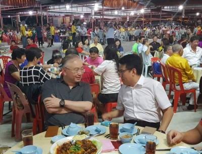 魏家祥与刘镇东同席而坐。