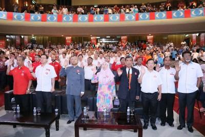 马哈迪(左3)率领希联候选人宣誓。左起是慕尤丁、林冠英、旺阿兹莎、莫哈末沙布及陈国伟。