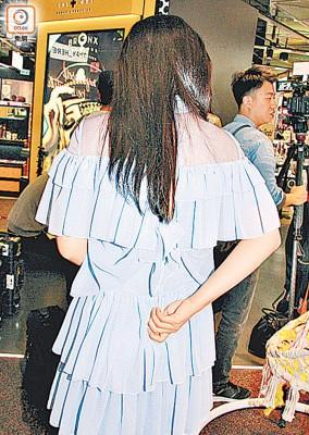 陈滢的裙子突然爆拉链,令她尴尬不堪。