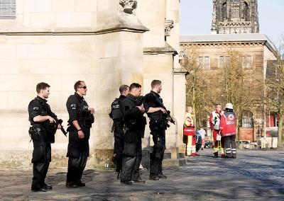 德国明斯特发生汽车恐袭,持枪警员到场戒备。(法新社照片)