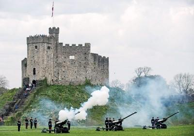 英军在威尔斯响礼炮。