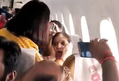 空姐安慰受惊乘客。
