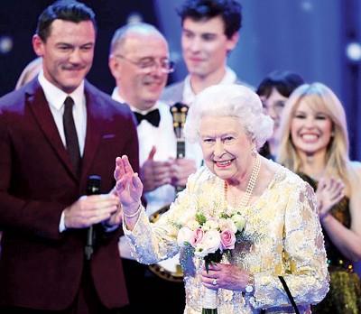 英永利皇宫网赌app伊丽莎白在家人陪同下,到王家阿尔伯特音乐厅出席音乐会。
