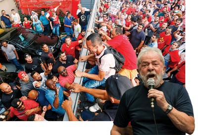 许多支持者堵住闸门,不让卢拉(右下,小图)前往自首。(法新社照片)