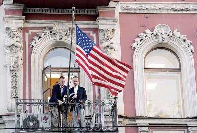 美国驻圣彼得堡领事馆人员将国旗收下。(法新社照片)