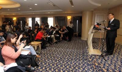 林冠英周四召开记者会,吸引多家媒体采访。