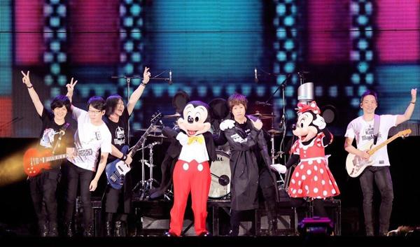 五月天在香港演唱会和米奇米妮同台。