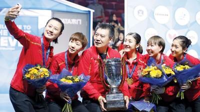 华夏女团完成4连霸壮举后,全队球员和训练李隼(左3)兴奋自拍留念。