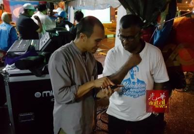 一名支持者向依山了解安华在狱中的健康状况。