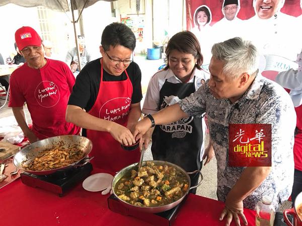 刘镇东(左起),周碧珠和旺师傅一起烹调鸡肉。