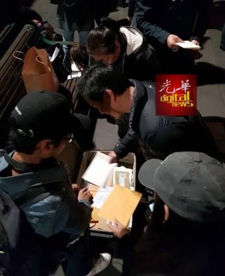 墨尔本维多利亚州立图书馆外,海外选民有序地将选票放入行李箱。(图取自Joshua Ong家和脸书)