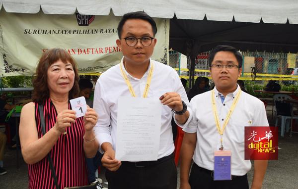 """许慧娟(左起)在魏子森及槟州行动党社青团宣传秘书王宇航的陪同下,投诉其投票权遭""""骑劫""""。"""