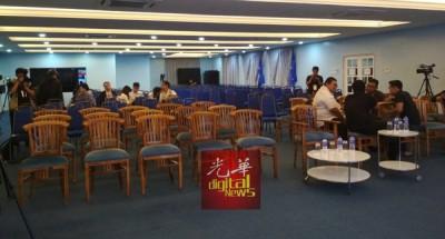 目前柔州巫统大厦媒体室只有媒体在场观看直播,一些此前抵达的国阵党员和柔原任行政议员已离开。