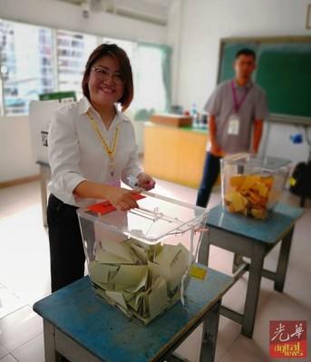 林秀琴在慕义分校投票站为自己投下一票。