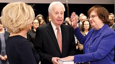 安德伍德(右一)宣誓就职纽约州署理检察总长。