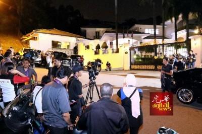 媒体在纳吉坐落大使路的私邸外驻守,等候承认败选。