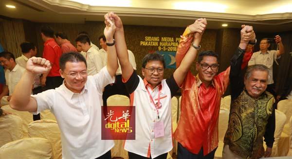 霹州希联霹州赢得29个州席,倪可敏(左起)、阿斯慕尼,阿末法依沙与玛奴迪高举双手庆贺。