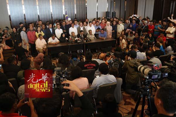 马哈迪(坐者)率领希联领袖召开记者会,表明会落实希联宣言。坐者左起是赛夫丁阿都拉、莫哈末沙布、旺阿兹莎、林冠英、慕尤丁及赛夫丁纳苏迪奥。
