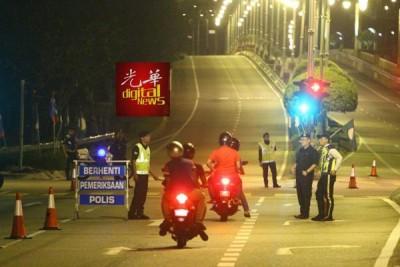 警方在通往首相署的主要大道驻守,防止闲杂人冲过防守线。