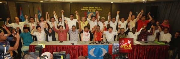 霹州希望联盟周四凌晨召开记者会,宣布在霹州赢得29个州议席,前排左7起为阿斯慕尼,阿末法依沙,倪可敏与玛奴迪。