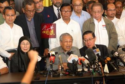 马哈迪(坐者中)自嘲,组织新政府不易,有许多程序需时间进行。坐者左起是旺阿兹莎及林冠英。