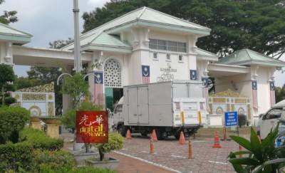 货车驶入首相官邸,相信准备载有纳吉夫妇的物品。