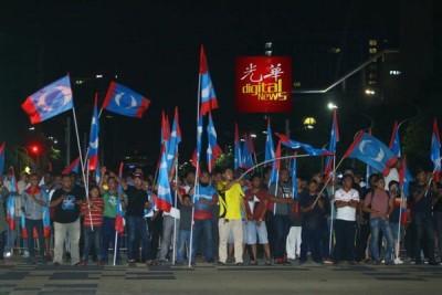 希联支持者挥动蓝眼党旗,欢呼胜利。
