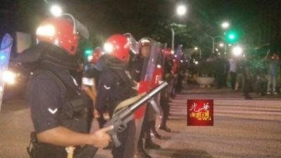 警方在通往首相署的各要道驻守,确保局势安全。