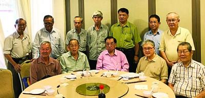 谢诗坚(坐者左3)促请槟威华校董联会理事会展延2018年至2020年新届理事会提名截止日期及会员代表大会举行日期。
