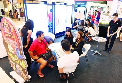 销售人员仔细为顾客提供有关项目的资讯详情。