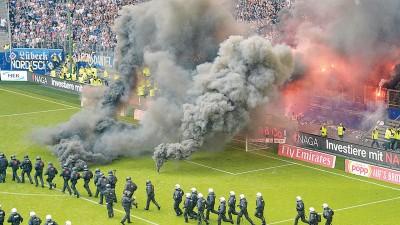 愤怒和失望的汉堡球迷在看台里点燃杂物扔进门兴禁区里,比赛被迫暂停。