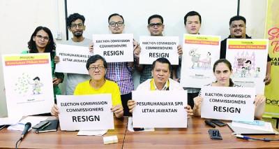 净选盟2.0于记者会上促选委会7委员即刻辞职,前排左2起叶瑞生及沙鲁阿曼。