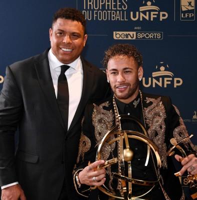 内马尔(右)从巴西名宿大罗纳多手中接过法甲最佳球员奖项。