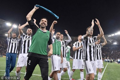 祖云泰斯完成7连冠壮举,赛后,球队老臣门将布丰(左3)带领一众球员在场上欢庆。
