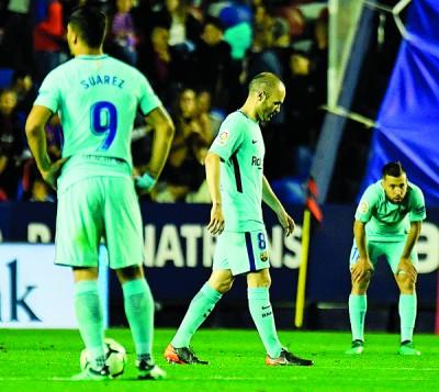 客战4比5不敌莱万特,巴塞隆纳赛季不败砸碎,球员们赛后低头丧气的步离赛场。