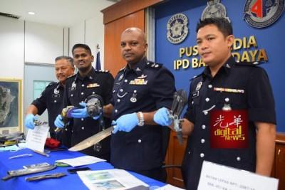 如何峇拉甘(右2)亮党无犯案时所以的工具。