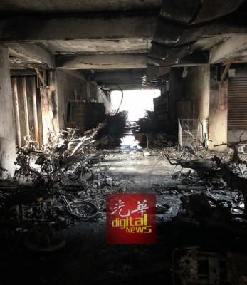 百多辆摩托车遭火魔吞噬,烧成犹如废铁。