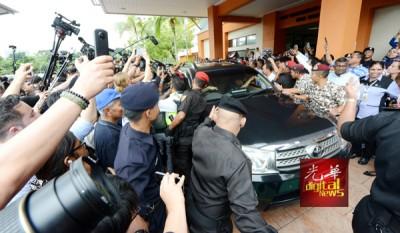 安华夫妇乘坐房车离开医院时,支持者纷纷涌前拍照,须由警方、监狱局及志愿警卫团阻隔人群开路。