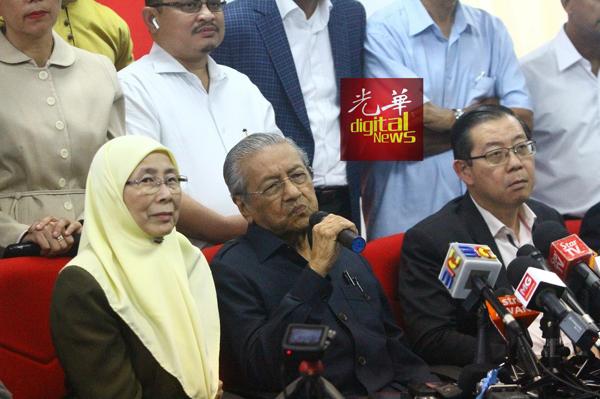 马哈迪(中)认为,每周宣布油价让人难接受。左起是旺阿兹莎及林冠英。